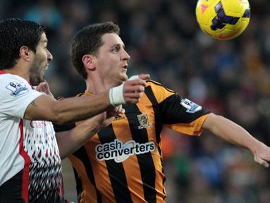 Duel Antara Alex Bruce dan Luis Suarez selama pertandingan sepak bola Liga Utama Inggris antara Hull City dan Liverpool di Stadion KC Hull pada Ahad (1/12/2013)(AFP/Lindsey Parnaby).