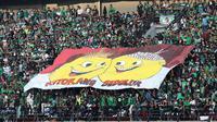 Pesan persaudaraan Surabaya - Papua dari suporter Persebaya Surabaya di Stadion Gelora Bung Tomo. (Bola.com/Aditya Wany)