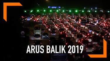 Ribuan kendaraan memasuki kawasan barat pulau Jawa melalui gerbang tol Palimanan. Kepadatan terlihat jelang pintu tol.