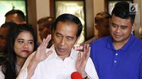 Presiden Joko Widodo memberi keterangan usai menonton film Dilan 1990 di Senayan City, Jakarta, Minggu, (25/2). Jokowi menilai film tersebut menunjukan industri kreatif tanah air berkembang dengan baik. (Liputan6.com/Angga Yuniar)