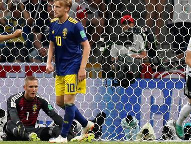 Pemain Jerman Marco Reus membawa bola usai membobol gawang Swedia dalam pertandingan Piala Dunia 2018 di Stadion Fisht, Rusia (23/6). Jerman menang dramatis atas Swedia dengan skor akhir 2-1. (AP/Rebecca Blackwell)