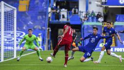 Pemain Liverpool Mohamed Salah (kedua kiri) melakukan tembakan ke gawang Chelsea pada pertandingan Liga Premier Inggris di Stadion Stamford Bridge, Minggu (20/9/2020). Liverpool menang 2-0 lewat gol Sadio Mane. (Will Oliver/Pool via AP)