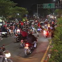 Pemudik motor memadati perbatasan Bekasi-Karawang di Kedungwaringin, Kabupaten Bekasi, Jawa Barat, Minggu (9/5/2021). Pada H-3 jelang Hari Raya Idul Fitri 1422H petugas gabungan dari TNI,Polri,Dishub dan Satpol PP memperketat penjagaan pemudik di perbatasan. (Liputan6.com/Herman Zakharia)