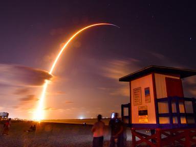 Roket Falcon 9 lepas landas dari Space Launch Complex 40 di Florida's Cape Canaveral Air Force Station, Amerika Serikat, Kamis (23/5/2019). Perusahaan penerbangan luar angkasa SpaceX meluncurkan 60 satelit Starlink ke orbit rendah Bumi. (Malcolm Denemark/Florida Today via AP)