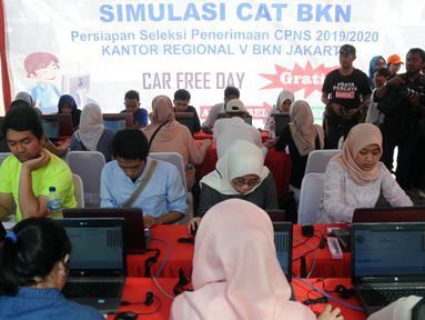 Peserta mengikuti simulasi tes CPNS 2019 berbasis Computer Assisted Test (CAT) di halaman Gedung Sarinah, Jakarta, Minggu (8/12/2019). Simulasi tes CPNS berbasis CAT diadakan Kantor Regional V Badan Kepegawaian Negara (BKN) Jakarta. (Liputan6.com/Helmi Fithriansyah)