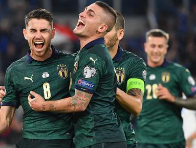 Gelandang Italia, Jorginho, merayakan gol yang dicetaknya ke gawang Yunani pada laga Kualifikasi Piala Eropa 2020 di Stadion Olimpico, Roma, Sabtu (12/10). Italia menang 2-1 atas Yunani. (AFP/Alberto Pizzoli)