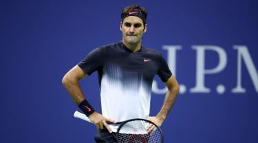 Petenis Swiss, Roger Federer bereaksi ketika melawan petenis Argentina, Juan Martin del Potro pada babak perempat final AS Terbuka 2017 di New York, Rabu (6/9). Juara Wimbledon 2017 itu kalah 5-7, 6-3, 6-7 (8), 6-4. (Clive Brunskill/Getty Images/AFP)