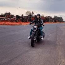 Gaya keren Aura Kasih saat naik vespa hingga moge, hobi naik motor. (Sumber: Instagram/@aurakasih)