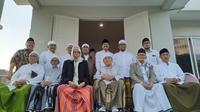 Kiai sepuh pendukung paslon 01 dan 02 berkumpul di kediaman Ketua PBNU Saifullah Yusuf, Surabaya, Jawa Timur, Jumat (19/4/2019). (Liputan6.com/Dian Kurniawan)