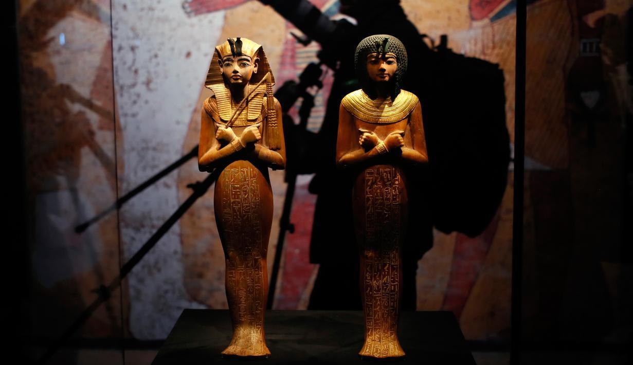 Patung Shabti atau pemakaman agama Mesir kuno dihadirkan dalam pameran tentang harta karun Firaun Tutankhamun di Grande Halle of La Villette, Paris, Prancis, Kamis (21/3). (AP Photo/Francois Mori)