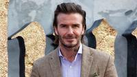 Aktor David Beckham berpose saat tiba menghadiri pemutaran perdana film 'King Arthur The Legend Of The Sword' ', di London, Inggris (10/5). Mantan pesekbola ini tampil keren dengan busana dan sepatu serba coklat. (Photo by Grant Pollard/Invision/AP)