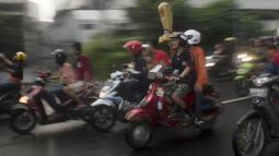 Suporter Persija Jakarta, The Jakmania, konvoi merayakan gelar Piala Presiden dengan melintasi Senayan hingga Monas, Jakarta, Minggu (18/2/2018). Persija meraih juara setelah mengalahkan Bali United. (Bola.com/Asprilla Dwi Adha)