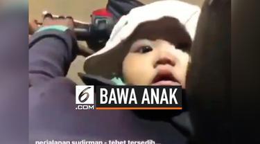 Seorang Ibu driver ojek online, harus membawa buah hatinya saat ia sedang mengantar penumpang. Video ini langsung viral di warganet.