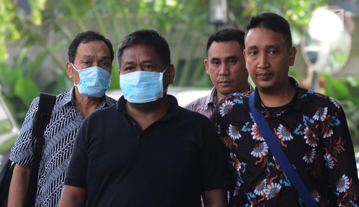 Hakim Kayat (kiri) dan orang yang berperkara kasus suap bebaskan terdakwa PN Balikpapan tiba di Gedung KPK, Jakarta, Sabtu (4/5/2019).Dari operasi tangkap tangan (OTT) di Balikpapan, Kaltim, KPK mengamankan seorang hakim, panitera muda, dan dua orang pengacara. (merdeka.com/Imam Buhori)