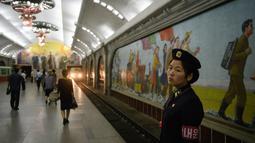 Seorang petugas berdiri di atas platform stasiun kereta bawah tanah atau metro Pyongyang di Korea Utara, 6 September 2018. Stasiun kereta bawah tanah di Pyongyang, menjadi andalan moda transportasi umum warga Korea Utara. (AFP / Ed JONES)
