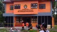 DENSUS 88 dan Brimob memasang garis polisi di sekitar Gelanggang Mahasiswa FISIP Unri, Sabtu, 2 Juni 2018. (Riauonline.co.id)