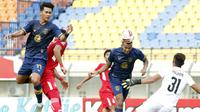 Para pemain Persela Lamongan melakukan duel dengan pemain Persik Kediri dalam laga matchday terakhir Grup C Piala Menpora 2021. (Bola.com/ Ikhwan Yanuar)