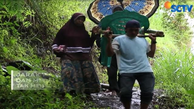 Dengan bermodalkan dua bilah bambu serta dua kursi plastik, ibu Puang bersama sang suammembuat tandu darurat agar bisa membawa ibu hamil.