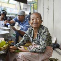 Mbah Satinem dalam Street Food Asia (Netflix)