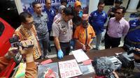SR (51), janda dua anak asal Jakarta Timur ditangkap hendak bertranskasi uang palsu yang disembunyikannya di dalam boneka. (Foto: Liputan6.com/Polres Kebumen/Muhamad Ridlo)