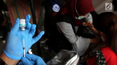 Petugas medis biofarma mengambil vaksin Td (Tetanus difteri) di kantor Dinkes Palu, Sulawesi Tengah, Minggu (7/10). Kemenkes dan Bio Farma melakukan vaksinasi kepada relawan dan masyarakat yang terdampak gempa. (Liputan6.com/Fery Pradolo)