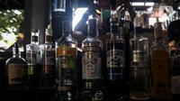 Deretan botol minuman keras atau miras yang dipajang di salah satu kafe kawasan Jakarta Selatan, Selasa (2/3/2021). Aturan yang yang diteken oleh Presiden Joko Widodo pada 2 Februari 2021 terkait memperbolehkan masyarakat untuk berinvestasi di produk miras dicabut. (Liputan6.com/Johan Tallo)