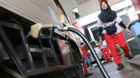 Petugas mengisi BBM kendaraan konsumen di SPBU milik Pertamina di kawasan Jakarta, Selasa (26/11/2019). Implementasi penyediaan solar dengan minyak kelapa sawit sebesar 30% atau B30 lebih cepat satu bulan, dibanding kebijakan pemerintah yang mewajibkan 1 Januari 2020. (Liputan6.com/Angga Yuniar)