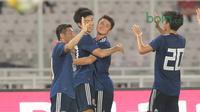 Para  pemain Jepang U-19 merayakan gol ke gawang Timnas Indonesia U-19 di Stadion Utama GBK, (24/3/2018). Indonesia U-19 tertinggal sementara 0-1. (Bola.com/Nicklas Hanoatubun)