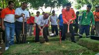 Dinas Pertamanan dan Pemakaman DKI Jakarta membongkar makam fiktif di TPU Tegal Alur, Jakarta Barat. (Liputan6.com/Muslim)