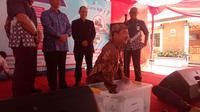 Bupati Garut Rudy Gunawan saat pengundian sepeda motor (Liputan6.com/Jayadi Supriadin)