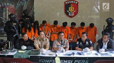 Kabid Humas Polda Metro Jaya Kombes Pol Argo Yuwono (tengah) saat rilis kasus curas dan penipuan di Polda Metro Jaya, Jakarta, Jumat (28/6/2019). Polisi mengungkap pencurian dengan mengaku anggota TNI, pencurian dengan kekerasan, dan pencurian mesin ATM di Jabodetabek. (Liputan6.com/Herman Zakharia)