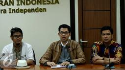 Ketua KPI, Yuliandre Darwis (tengah) memberikan penjelasan saat mengikuti penyerahan Izin Penyelenggaraan Penyiaran (IPP) kepada 10 stasiun televisi swasta secara nasional di kantor KPI, Jakarta, Jumat (14/10). (Liputan6.com/Gempur M Surya)