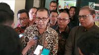 Wali Kota Makassar Mohammad Ramdhan Pomanto alias Danny Pomanto menjawab pertanyaan wartawan saat menghadiri pemeriksaan Dit Reskrimsus Polda Sulsel, Kamis (21/6). Danny sempat mangkir terhadap panggilan pertama. (Liputan6.com/HO)