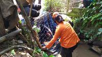Petugas BPBD memasang perangkap untuk menangkap dua buaya di Bogor, Jawa Barat, Selasa (16/7/2019). (Liputan6.com/Achmad Sudarno)