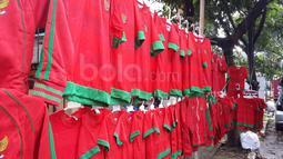 Pajangan Jersey Timnas Indonesia di trotoar oleh pedagang menanti pembeli di areal Stadion Pakansari, Bogor, (03/12/2016). (Bola.com/Darojatun)