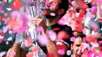 Petenis Argentina Juan Martin Del Potro menjuaran Indian Wells usai mengalahkan Roger Federer pada laga final di Indian Wells Tennis Garden, Senin (19/3/2018) pagi WIB. (Harry How / GETTY IMAGES NORTH AMERICA / AFP)