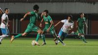 Duel uji coba antara PSS Sleman (hijau) melawan Badak Lampung FC yang berakhir imbang di Stadion Maguwoharjo, Sleman, Sabtu (27/4/2019). (Bola.com/Vincentius Atmaja)
