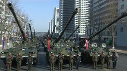 Pasukan tank militer Korea Utara membentuk formasi saat mengikuti parade militer di Pyongyang, Korea Utara (8/2). Korea Utara melibatkan sekitar 13 ribu pasukan untuk berparade di Lapangan Kim Il Sung, Pyongyang. (KRT via AP Video)
