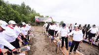 Gubernur Sumsel Herman Deru melakukan penanaman ribuan batang mangrove di Banyuasin Sumsel (Dok. Humas Pemprov Sumsel / Nefri Inge)