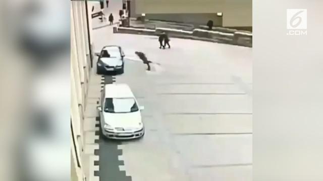 Aksi pria membenturkan kepala ke bodi mobil terekam kamera cctv.