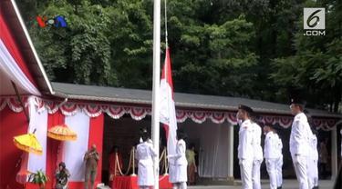 Ratusan warga diaspora Indonesia hadir di kediaman Dubes RI di Washington untuk mengikuti upacara pengibaran bendera Merah Putih. VOA