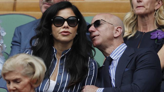 Jeff Bezos dan Lauren Sanchez. (Doc: Adrian Dennis - AFP)