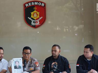 Kabid Humas Polda Metro Jaya Kombes Argo Yuwono (kedua kiri) menunjukkan foto tersangka kasus pencurian kendaraan bermotor di Polda Metro Jaya, Jakarta, Kamis (4/7). Polisi menembak mati salah seorang tersangka. (Liputan6.com/Immanuel Antonius)