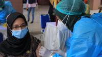 Vaksinasi Covid-19 di Kota Tangerang. (Liputan6.com/Pramita Tristiawati)