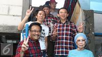 Pasangan Cagub-Cawagub DKI nomor urut dua Basuki T Purnama - Djarot Saiful Hidayat berfoto bersama dengan musisi Bimbim dan manajer Slank Bunda Iffet seusai pertemuan tertutup di markas Slank, Jakarta, Kamis (22/12/2016). (Liputan6.com/Herman Zakharia)