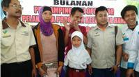 Melisa, seorang siswi difabel SDN Tukul II, Kecamatan Sumber, Kabupaten Probolinggo, Jawa Timur, mendadak terkenal lantaran fotonya menulis di papan tulis dengan kaki, viral. (Liputan6.com/Dian Kurniawan)