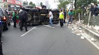 Mobil milik Brimob mengalami kecelakaan di Jalan Margonda, Kota Depok. (Liputan6.com/Ady Anugrahadi)