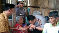 Dalam kondisi penglihatan tak sempurna, nenek Rasinang merawat sang anak yang berusia 70 tahun seorang diri. (Liputan6.com/Eka Hakim)