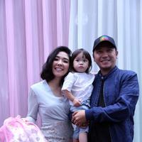 Gading Marten, Gisel dan Gempi saat hadir di ulang tahun ke-2 Arsy, anak Anang Hermansyah dan Ashanty di kawasan Kemang, Jakarta Selatan, Rabu (14/12). (Nurwahyunan/Bintang.com)
