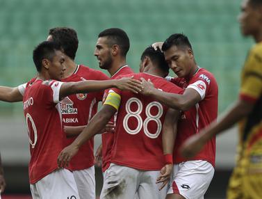 Para pemain Semen Padang merayakan gol yang dicetak Irsyad Maulana ke gawang Mitra Kukar pada laga Piala Presiden 2019. (Bola.com/Yoppy Renato)